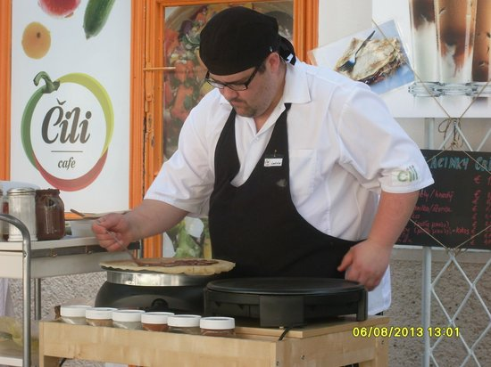 """Cili Cafe: Chief prepares """"crapes"""" kind of pancakes."""