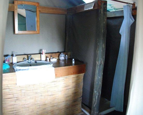Mankwe Bush Lodge: Mankwe bathroom note the glass pot with washing powder
