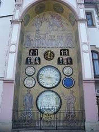 Olomouc Town Hall: Reloj astronomico y danzarines en las ventanas superiores, en el edif del Ayuntamiento