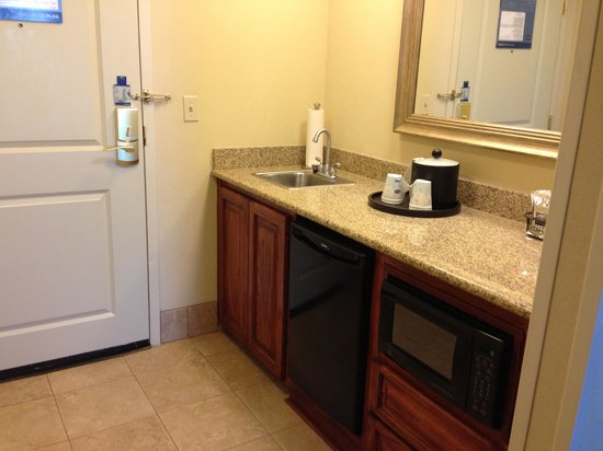Hampton Inn & Suites Baton Rouge - I-10 East: Entranceway with refrigerator, microwave and sink