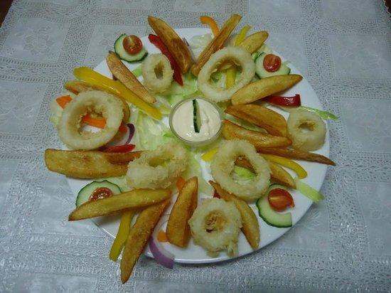 Junipers Restaurant: Calamari with Homemade Lemon and Garlic Dip