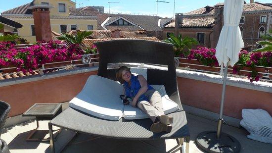 Hotel a La Commedia: de ligzetels op ht dak...