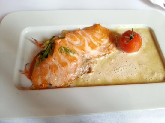Bistrot des Quinconces : salmon, julienned veg in beurre blanc