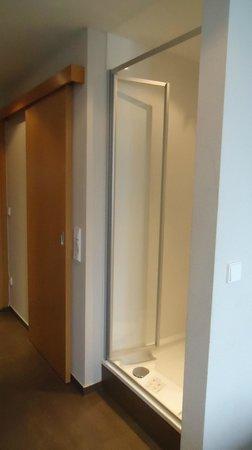 Hotel Stachus: Box no corredor com espelho em frente.