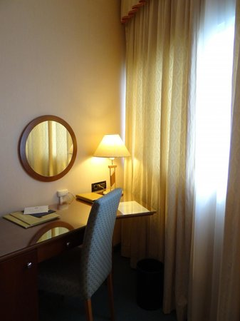 Hotel Dubrovnik: Desk in the rooms