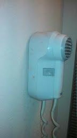 Marietta Hotel: Filthy Broken Hairdryer
