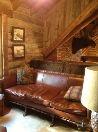 The Lodge At Red River Ranch: couch