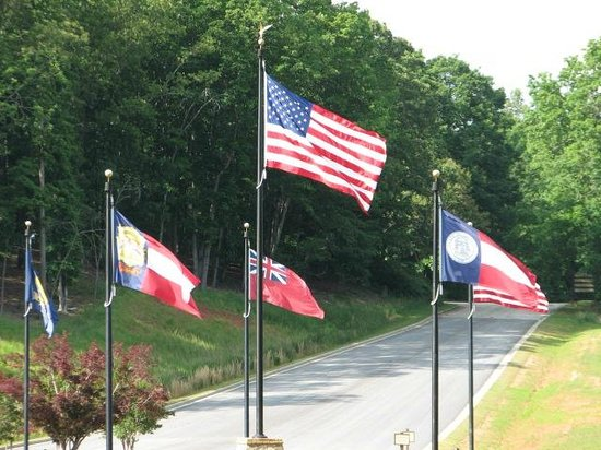 Legacy Lodge & Conference Center: Flags over Georgia Roundabout coming into Resort