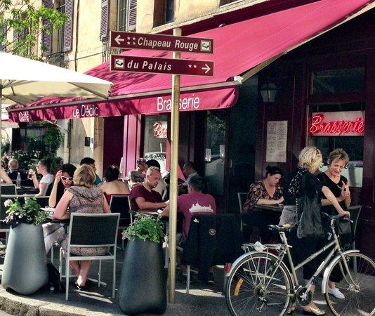 Le Declic: People enjoying pre-dinner wine