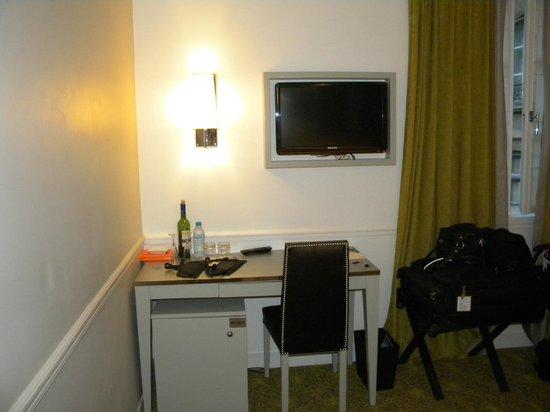Hotel Le Clos Medicis: Bancada em frente a cama