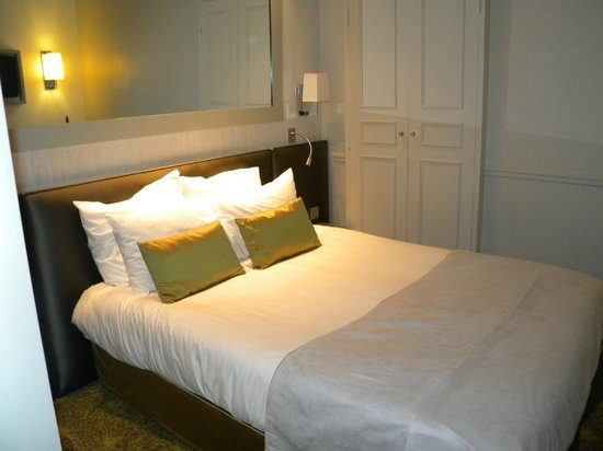 Hotel Le Clos Medicis: Cama ao lado do armário