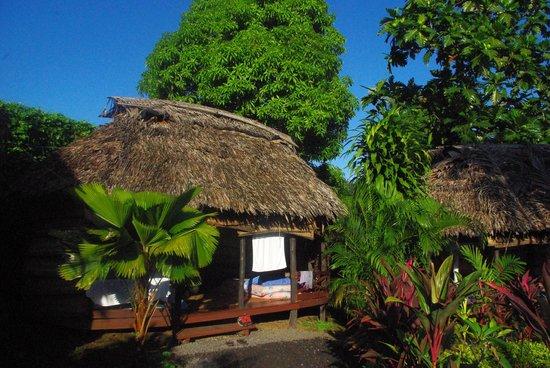 Samoan Outrigger Hotel: Fale dans le jardin
