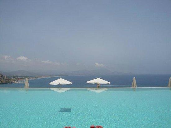 Lindos Blu: Blick von der Sonnenliege, vom oberen Pool (-: