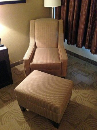 Comfort Inn Warner Robins: chair and ottoman