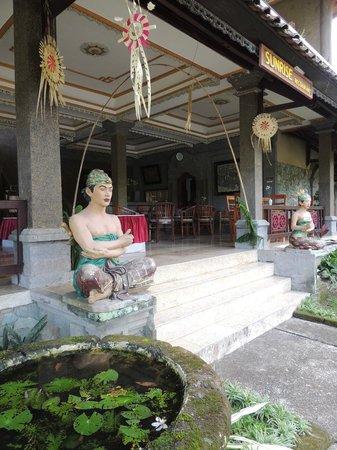 Cendana Resort and Spa: Al fresco dining area