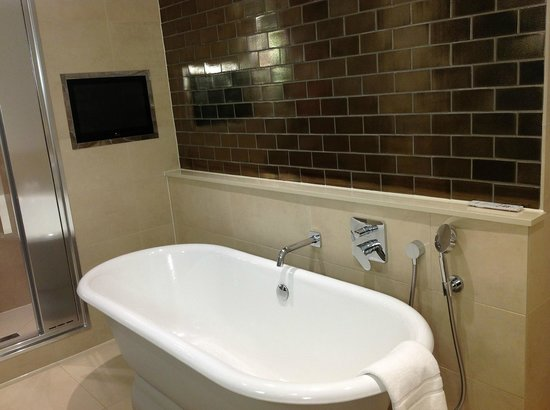 Rudding Park Hotel: Bath with television