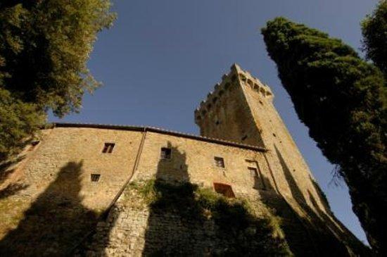 La Torre di Gargonza: la cinta muraria del castello di gargonza