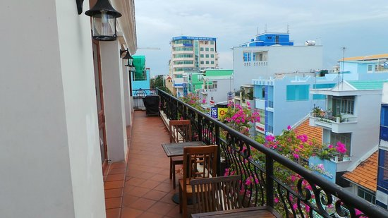Nam Bo Boutique Hotel: Side View from Rooftop restaurant balcony