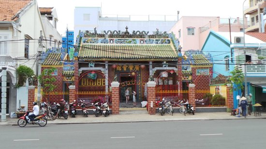 Nam Bo Boutique Hotel: Chinese building on main street