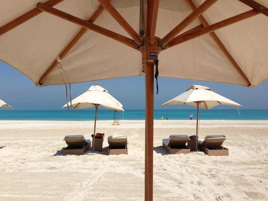 Park Hyatt Abu Dhabi Hotel & Villas: sehr bequeme Strandliegen