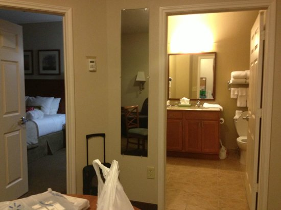 Candlewood Suites Lake Jackson: Bathroom & Suite view