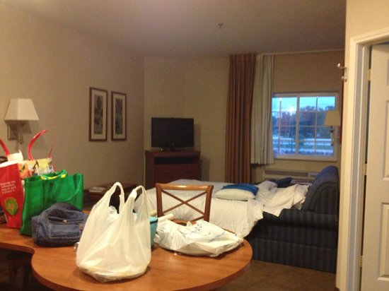 Candlewood Suites Lake Jackson: Living room with Sofa Bed pulled out
