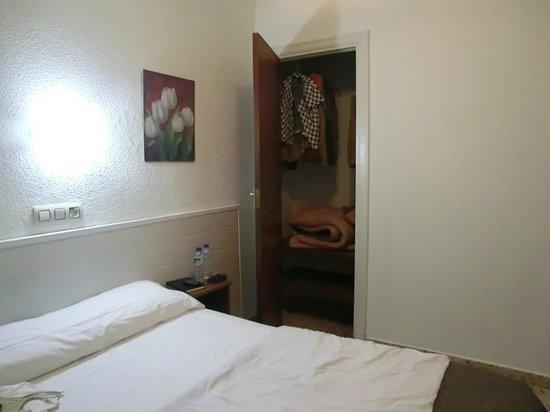 Hostal Albero: Room closet