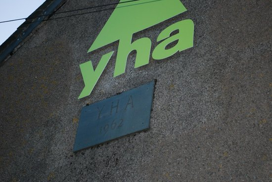 YHA Honister Hause: Out side the Honister Hause hostel.
