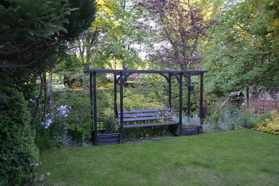 Riverbank Guest House: A delightful seat, Riverbank House garden