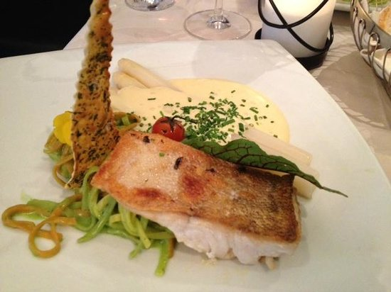 Zum Alten Zollhaus: fish filet with asparagus (spargel) served with hollandaise sauce and flat colorful noodles with