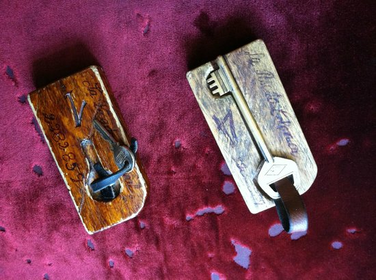 La Posada Colonial: Rustic room keys!