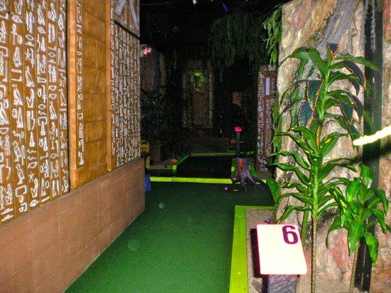 Treasure Quest Miniature Golf : Black light area