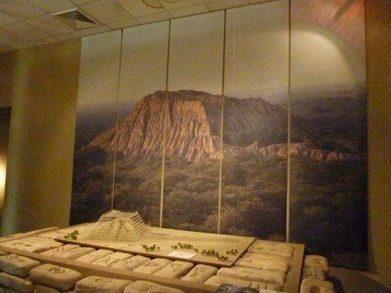 Ferrenafe, بيرو: Fotografía y maqueta del sitio arqueológico, en acrílico su forma original.