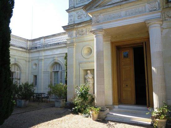 Château de Rochecotte : Iglesia junto a la terraza de nuestra habitación