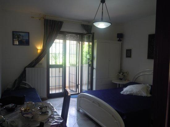 Bed and Breakfast Mare e Sole: ingresso stanza mare dal giardino