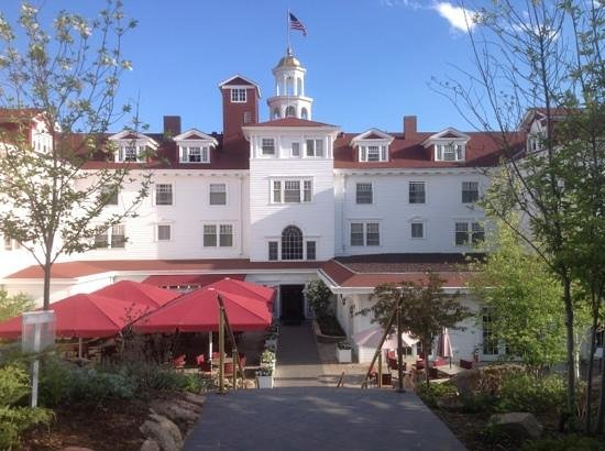 Stanley Hotel: Backside of hotel with great patio