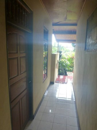 Enny's Homestay : The hall leading to the garden
