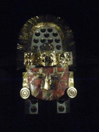 Sican Museum: Tocado ceremonial, máscara con los característicos ojos alados.