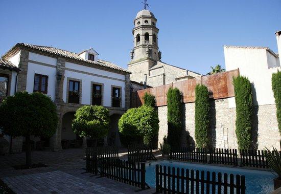 Hotel Puerta de la Luna: Piscine et vue sur la cathédrale