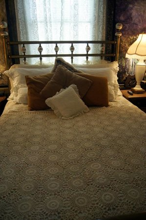 Waters Hill Bed and Breakfast: beautiful bed