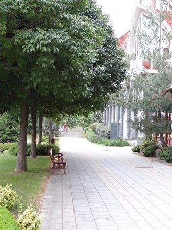 MenDan Magic Spa & Wellness Hotel: Footpath on hotel grounds