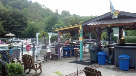 Maggie Valley Inn and Conference Center: The Tiki Bar and pool.