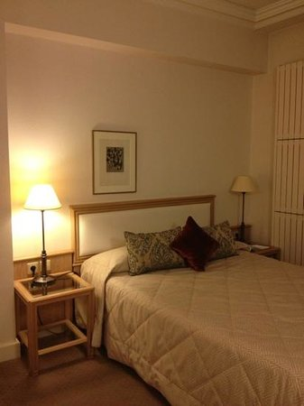 Bedford Hotel: single room on the 5th floor. quiet and spacious!