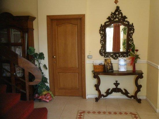 Petit Chateau Bed & Breakfast: Der Empfangsbereich