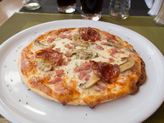 Rocamar Exclusive Hotel & Spa: Pizza served at hotel restaurant