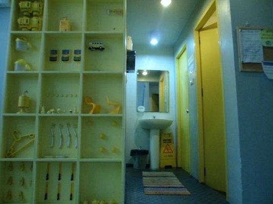 ETZzz Hostel: toilet and bath