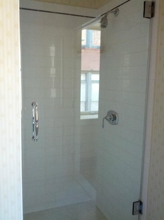 Hotel Providence : Large Shower