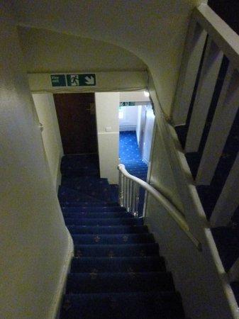 โรงแรมลอร์ด: escaleras estrechas.