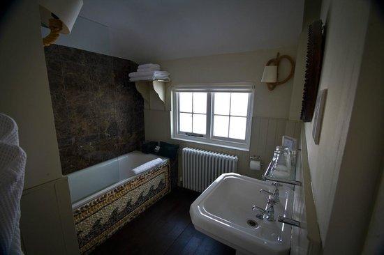Swan House: Bathroom