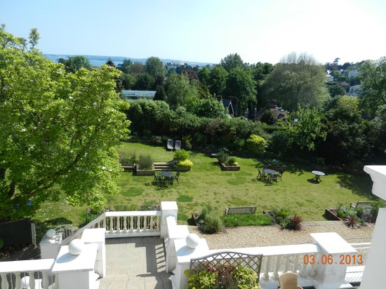 TLH Toorak Hotel: Gardens with view of bay